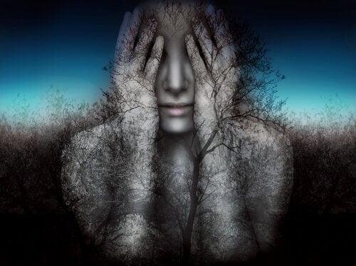 Person täcker sitt ansikte