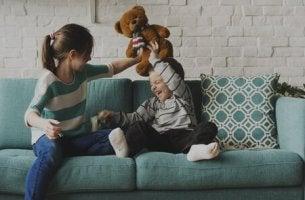 Barn som leker i soffan