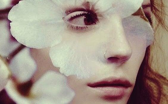 Kvinna med ring i näsan.