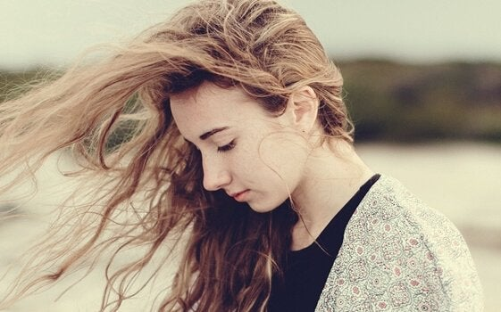 Kvinna med vinden i håret.