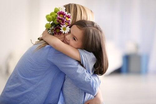 Kvinna som kramar sin dotter