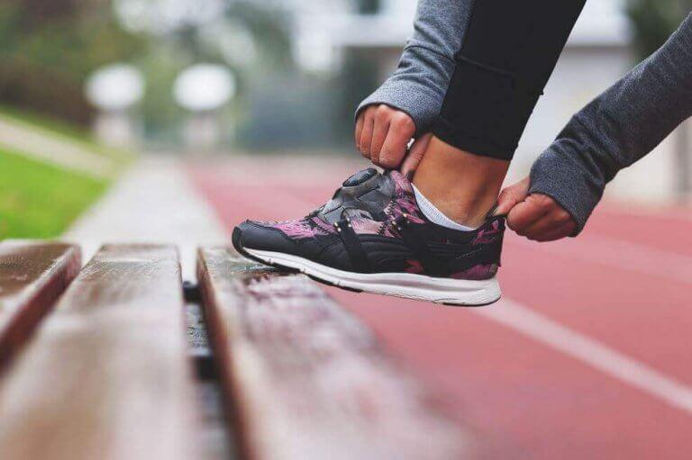 Kvinna som rättar till sin sko.