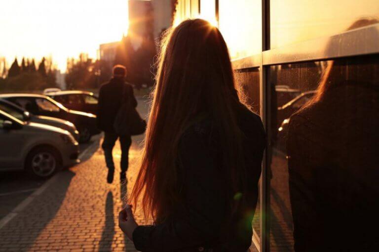 Kvinna som tittar på man som går iväg