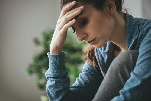 Ledsen kvinna som tänker på sina problem.