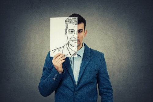 Man som håller upp ritning av sitt ansikte