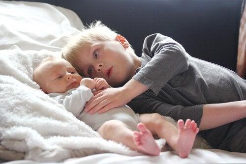 Pojke med yngre syskon