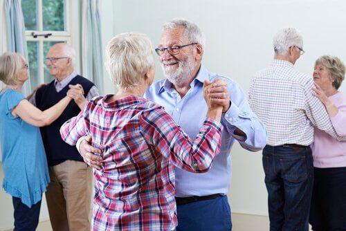 Äldre människor dansar pardans