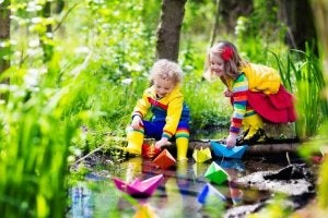 Barn med pappersbåtar