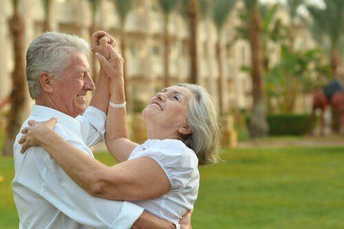 Dansande äldre par