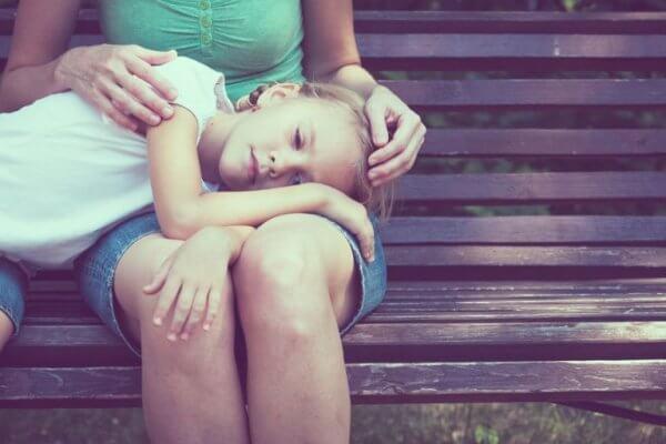 Flicka i mammas knä