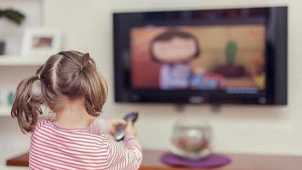 Flicka ser på TV