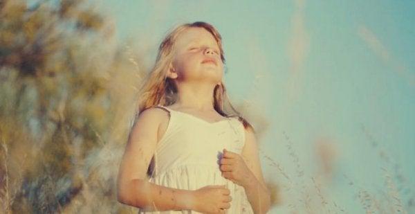 Flicka som andas djupt