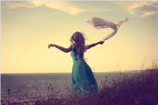 Fri kvinna vid havet