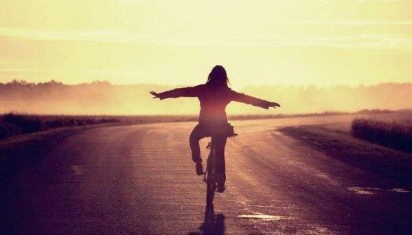 Kvinna cyklar ensam