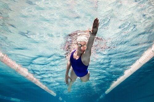 Kvinna i bassäng