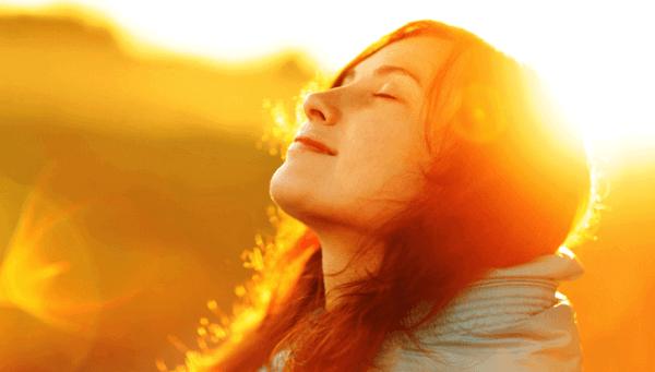 Kvinna njuter i solen