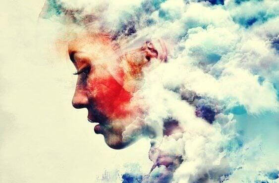 Kvinna omgiven av moln