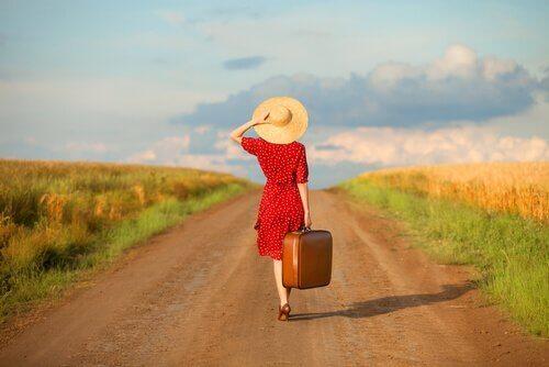 Kvinna på vandrande fot