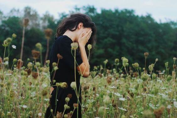 Ledsen kvinna på fält