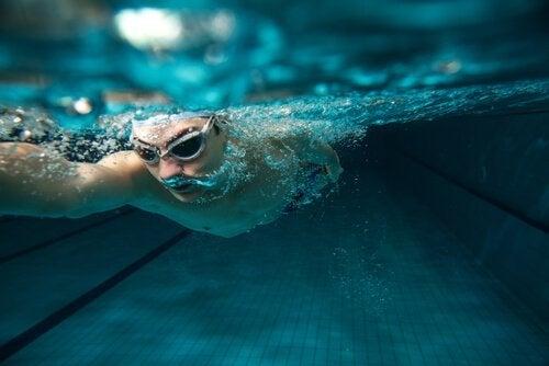 Man simmar under vatten