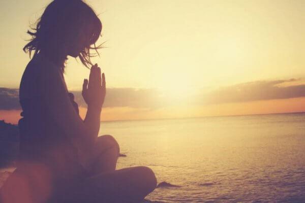 Mediterar vid vatten