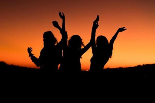 Vänner i solnedgång