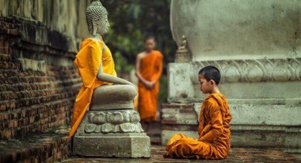 Barn framför Buddha