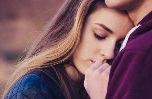 Kvinna kramar någon