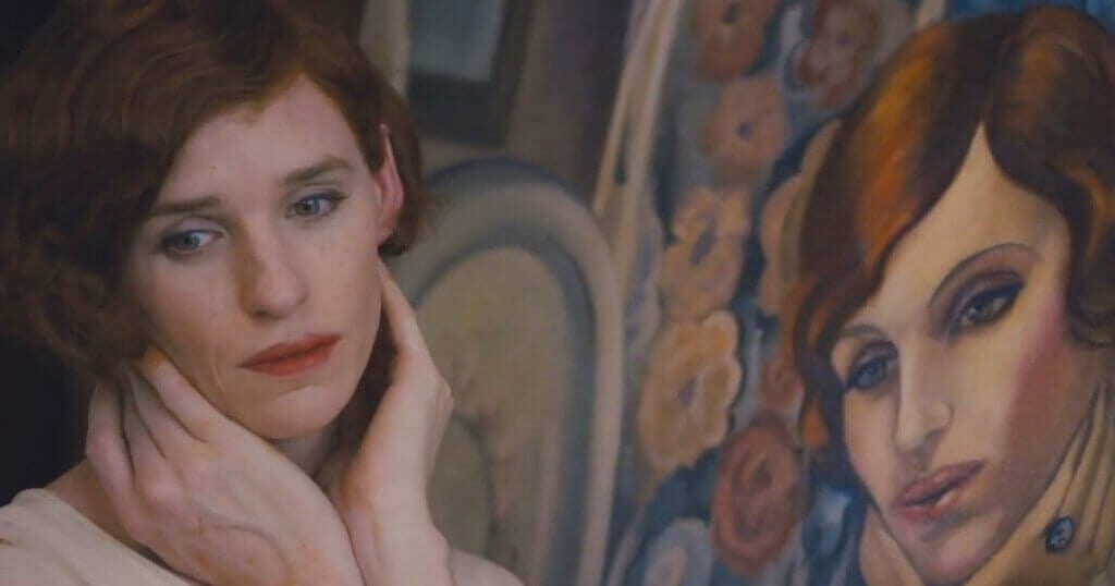 Kvinna bredvid sitt porträtt.