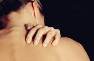 Symptom på och behandling av dermatillomani.