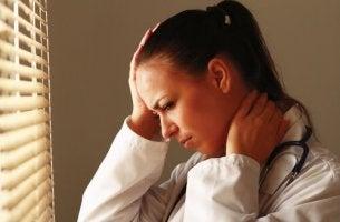 Medkänslighetsutmattning som påverkar läkare och andra hälsoarbetare.