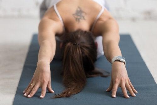 Kvinna på yogamatta.