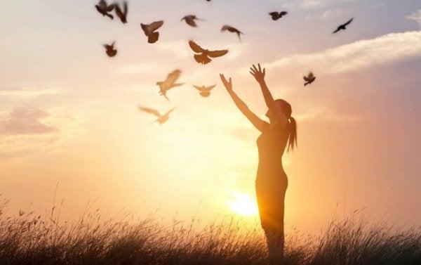 Kvinna släpper ut fåglar
