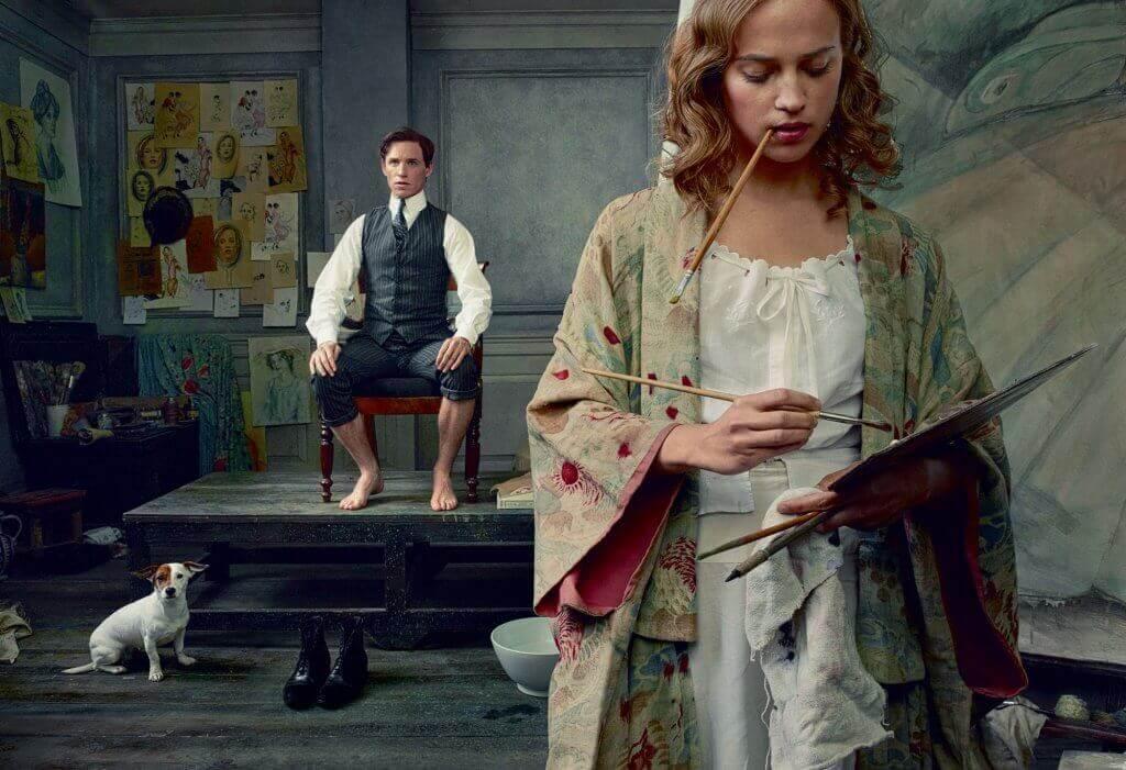 Kvinna som målar tavla.