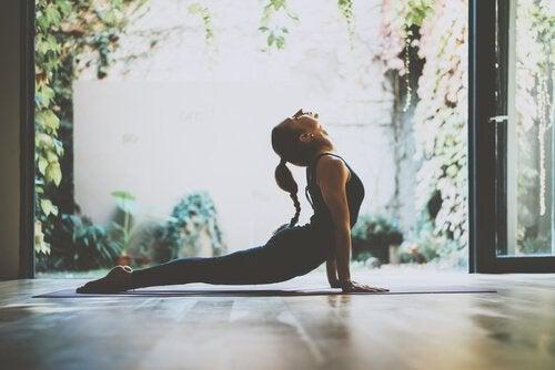 Kvinna som utför yogaövningar.