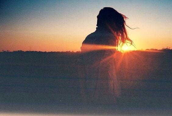 Kvinna vid solnedgång