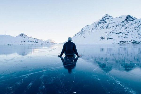 Man som sitter på is