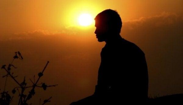Man vid solnedgång