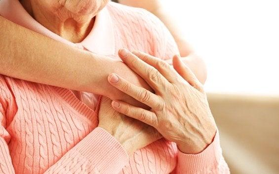 Äldre kvinna får kram