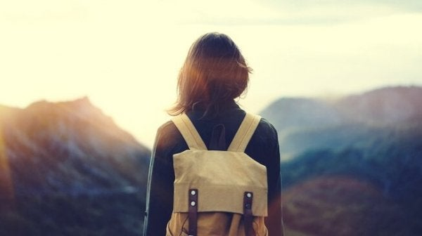 Kvinna bestiger berg
