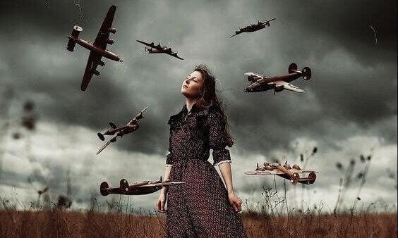 Kvinna omgiven av flygplan