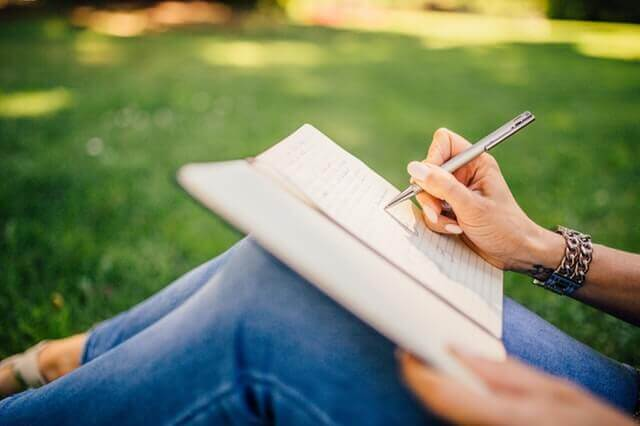 Kvinna skriver dagbok