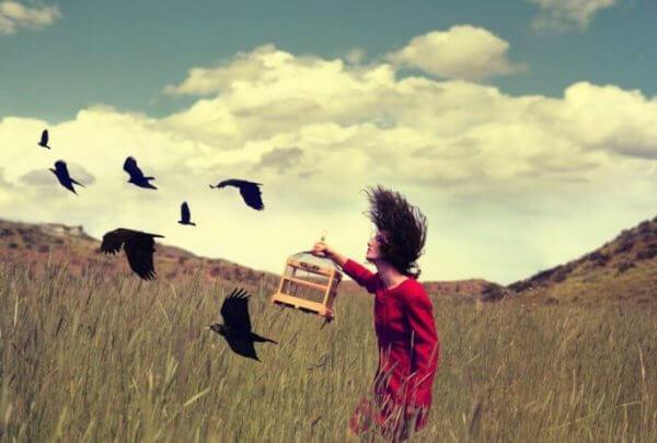 Kvinna släpper fåglar fria