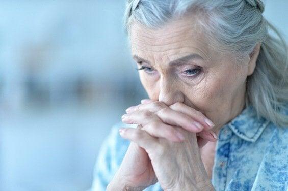 Ledsen gammal kvinna