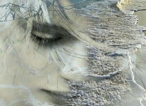 Ledset ansikte på strand