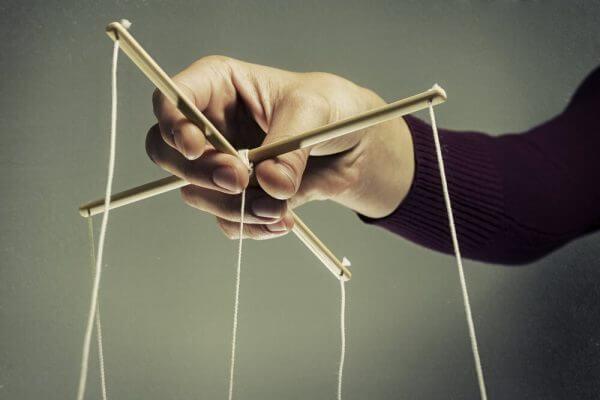 Manipulatör drar i trådarna