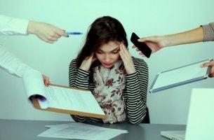 Arbetsplatstrakasserier är en allvarlig fråga