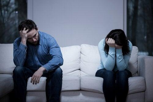 Par på soffa