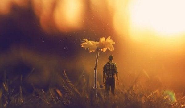 Person bredvid blomma