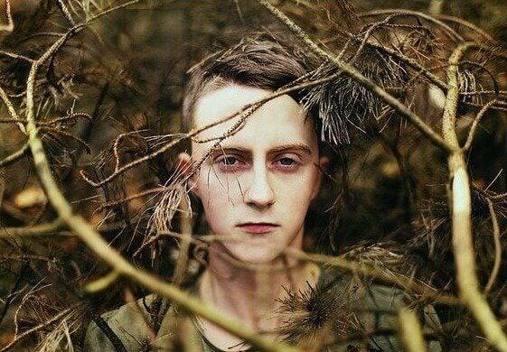 Pojke i skogen